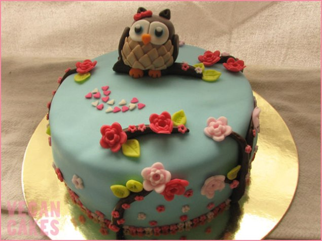 Bolo de chocolate com decoração de coruja