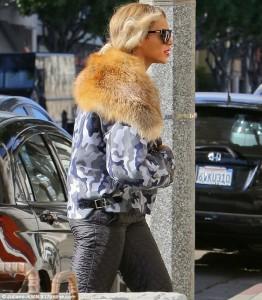 A cantora Beyoncé foi a um restaurante vegano usando pele de animais