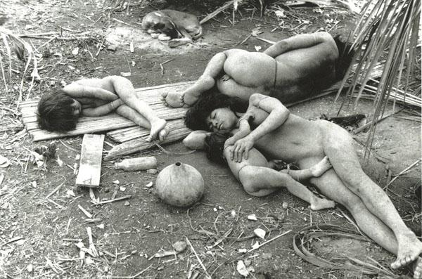 Tribo Nambikwara cochilando com seu cachorro